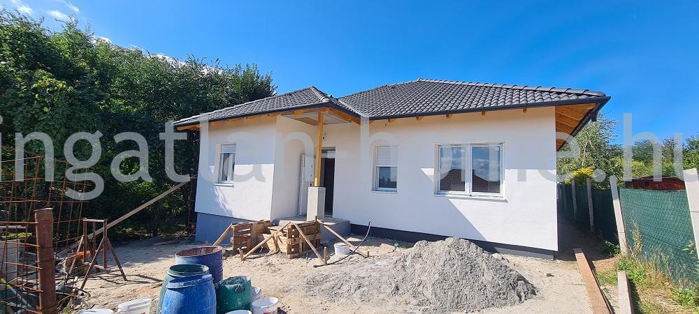 Erdőkertes újszerű környezetében eladó önálló új építésű családi ház remek közlekedésnél!